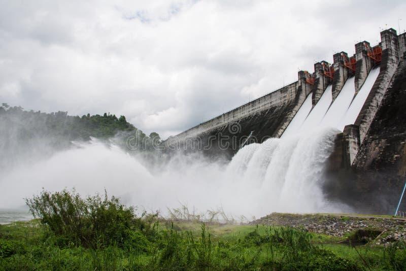 Liberação de água da represa fotos de stock