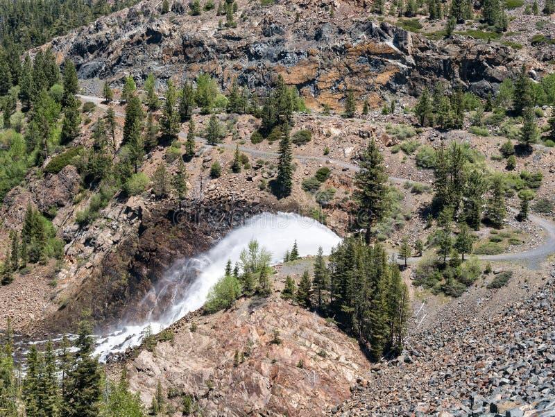 Liberação de água da represa de Jackson Meadows Reservoir foto de stock