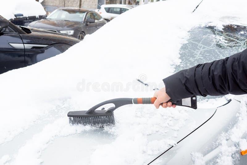 Liberando l'automobile dalla neve immagini stock libere da diritti