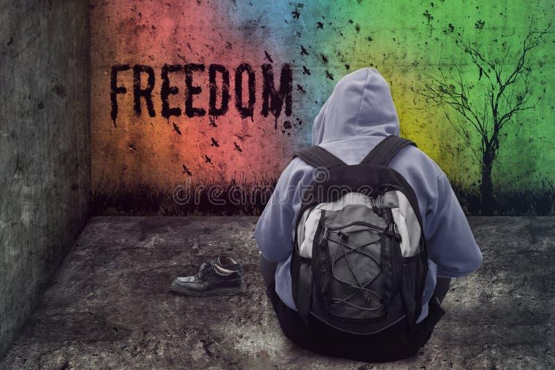 Liberdade abandonada do desenho do homem na parede em uma sala fechado do grunge fotos de stock