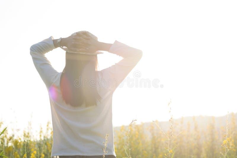 Liberdade da sensação do suporte da menina e outdoo adolescentes fêmeas do curso do abrandamento fotos de stock