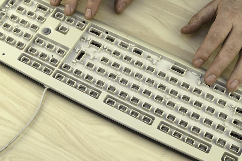 A liberdade de expressão, a censura e as proibições no Internet, um homem trabalham em um teclado sem chaves fotografia de stock royalty free