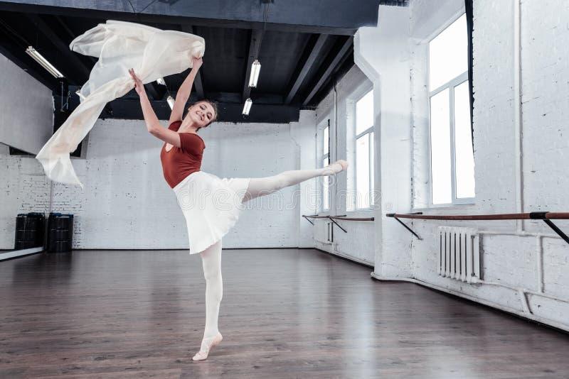 Liberdade de sentimento fêmea nova bonita do dançarino de bailado foto de stock