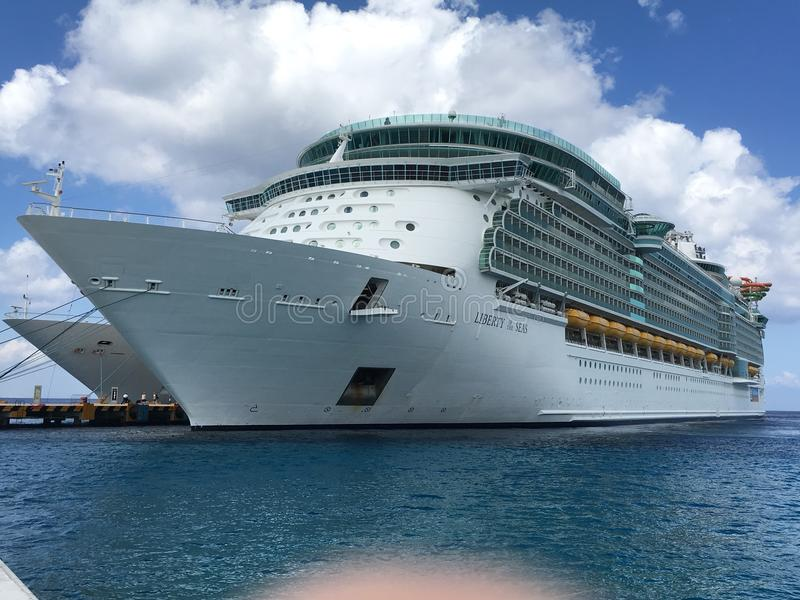 Liberdade do navio de cruzeiros dos mares em Cozumel, México imagens de stock royalty free