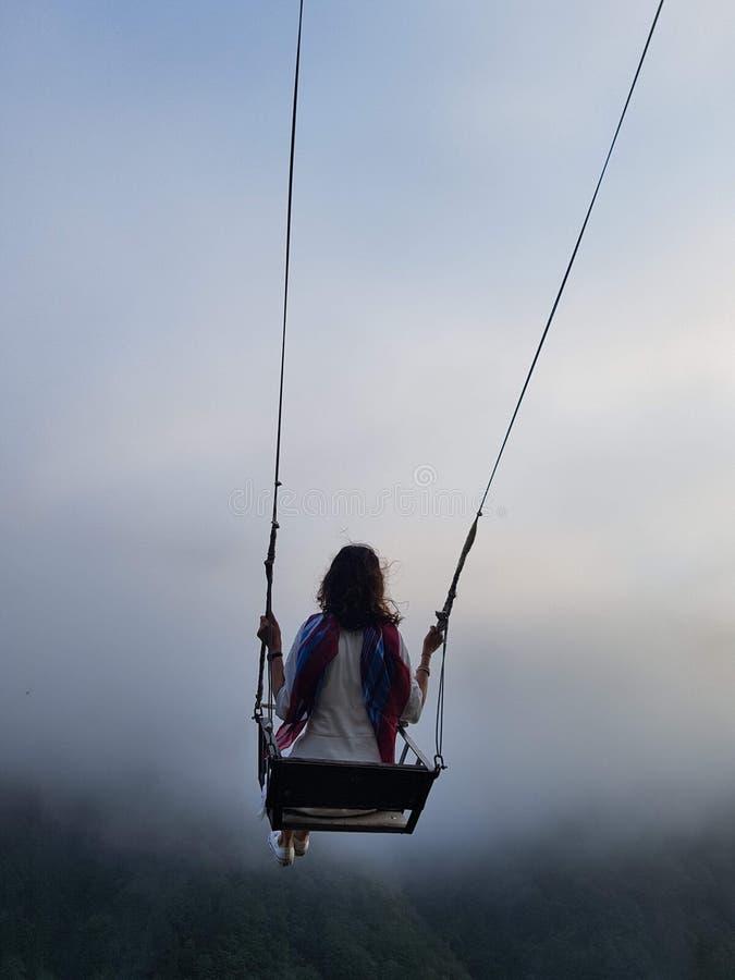 Liberdade e despreocupado de uma fêmea nova em um balanço fotografia de stock royalty free