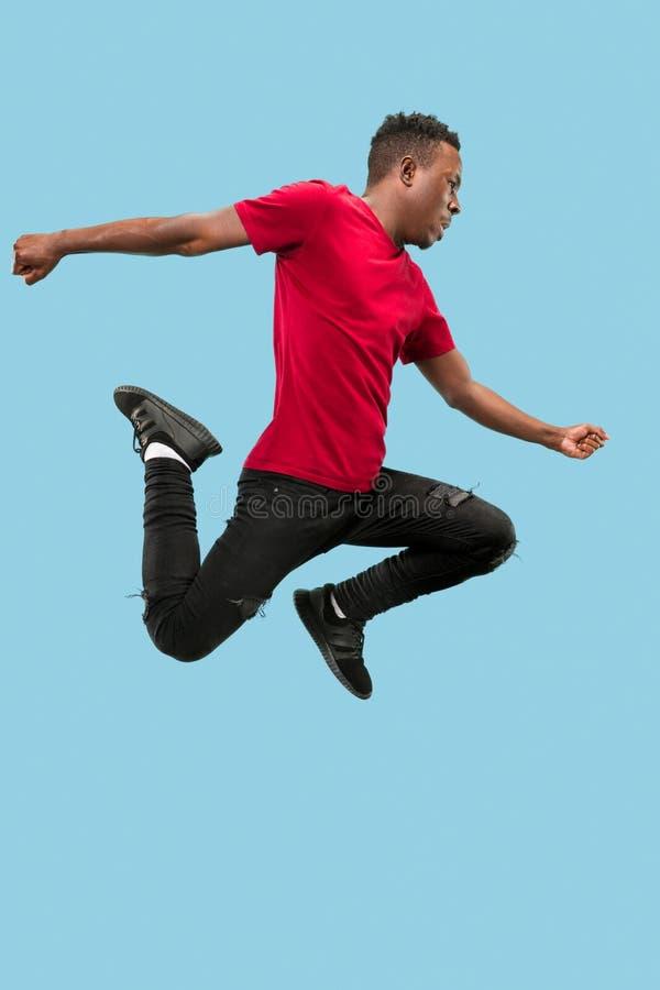 Liberdade em movimento movente e dianteiro O salto afro novo surpreendido feliz do homem imagem de stock