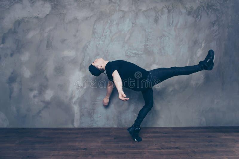 Liberdade! Um indivíduo está fazendo um movimento da dança que olhe como é goin foto de stock royalty free