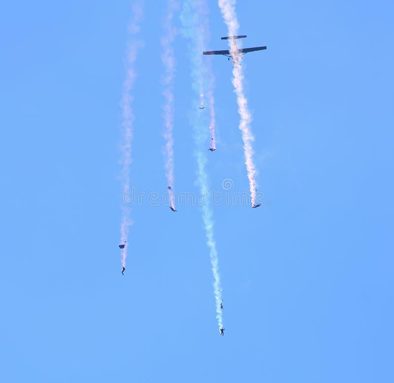 Libere lanzarse en paracaídas descendente de los paracaidistas de la caída imágenes de archivo libres de regalías