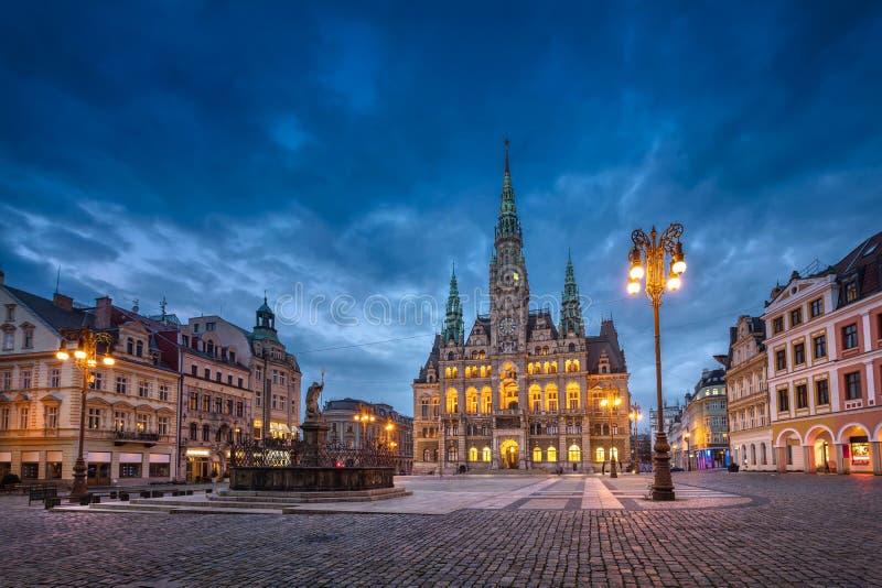 Liberec, Tsjechisch Weergave van het hoofdplein met het stadhuis bij zonsondergang stock foto's