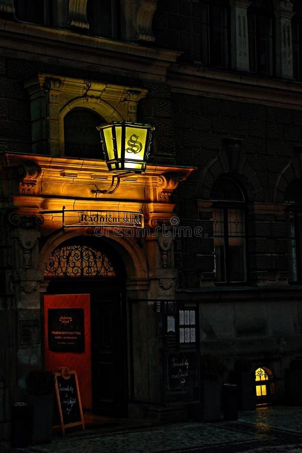 Liberec, Tsjechische republiek - 20 Januari, 2018: historische lamp boven ingang aan de wijnkelder van stadhuis op Namesti-Dr. Be stock afbeelding