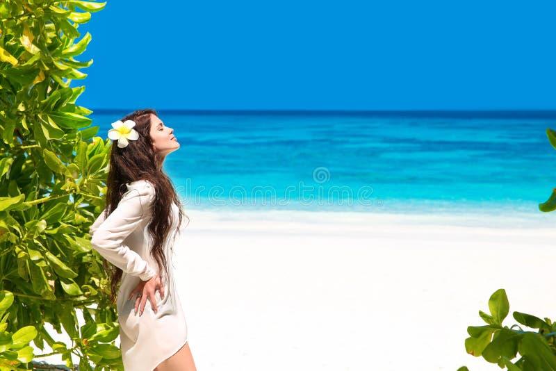 Liberi la bella donna che gode della natura sulla spiaggia tropicale Bellezza g fotografie stock