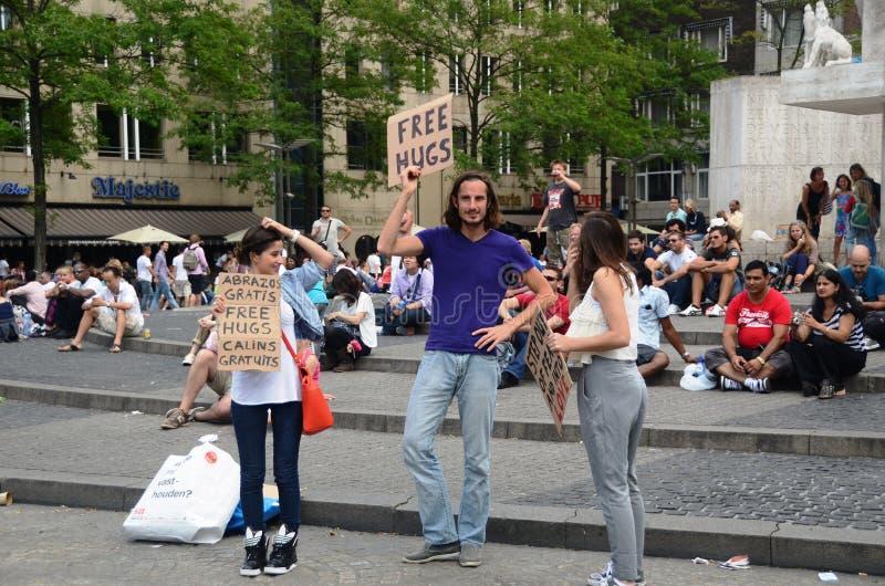 Liberi la gente degli abbracci immagini stock libere da diritti