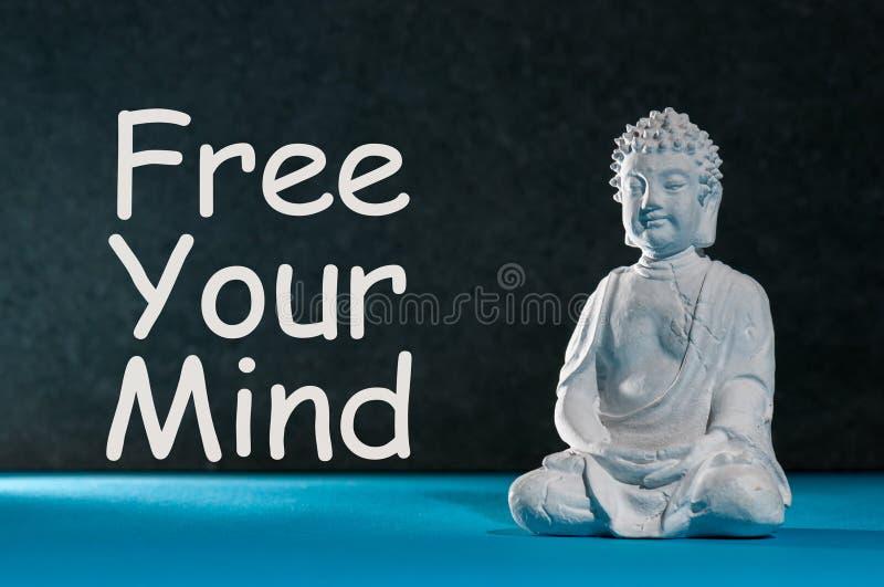 Liberi la vostra mente - testo della motivazione con la statuetta bianca di Buddha Concetto di meditazione e di yoga immagini stock libere da diritti