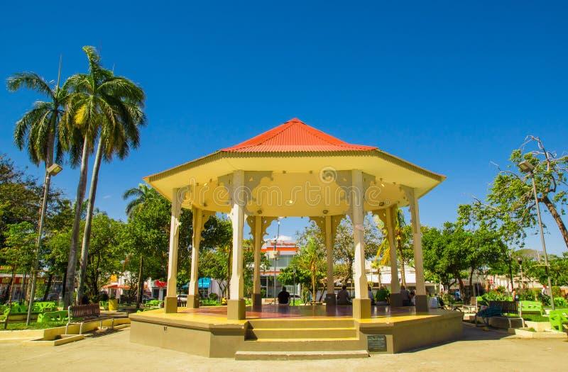 LIBERIA, COSTA RICA, CZERWIEC, 21, 2018: Plenerowy widok ludzie odpoczywa wśrodku budynku po środku parka wewnątrz obraz stock