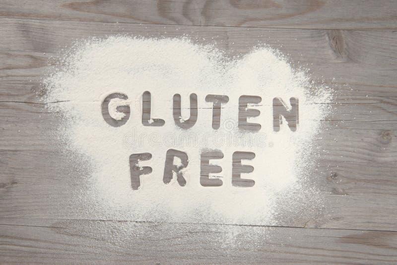 Libero del glutine di parola scritto in farina bianca fotografie stock libere da diritti