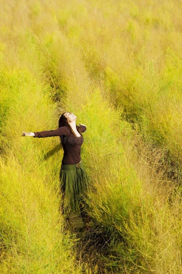 Libertà di sensibilità della donna in un campo. fotografia stock libera da diritti