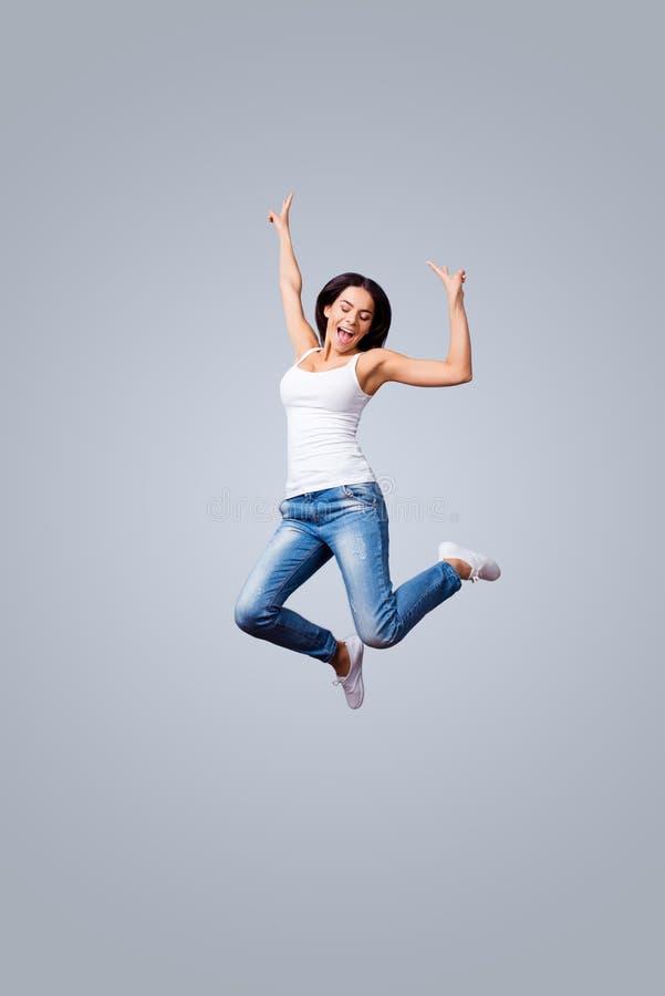 Libertà, spensierata, divertimento, umore di estate Giovane castana emozionante è J immagini stock