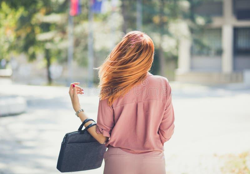 liberté d'abattage Cheveu venteux blanc d'isolement de vue arrière images libres de droits