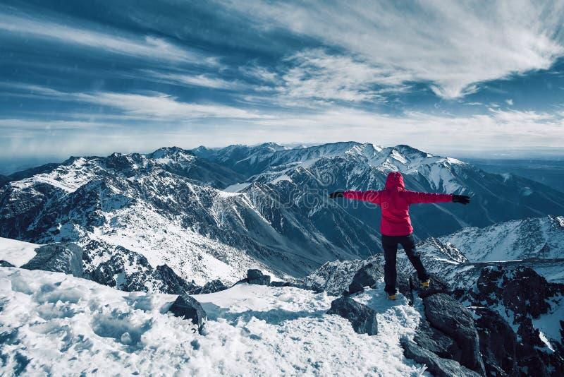 Liberté et méditation au-dessus de grand panorama de hautes montagnes photos stock