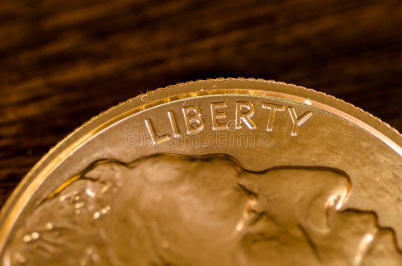 Liberté (mot) sur la pièce de monnaie de Buffalo d'or des USA image stock