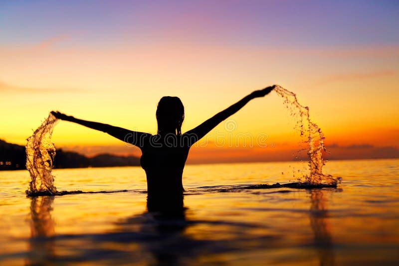Liberté, plaisir Femme en mer au coucher du soleil Bonheur, L sain images libres de droits