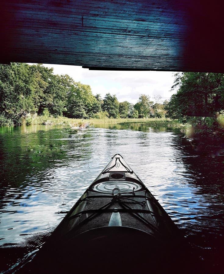 Liberté sur l'eau calme image stock