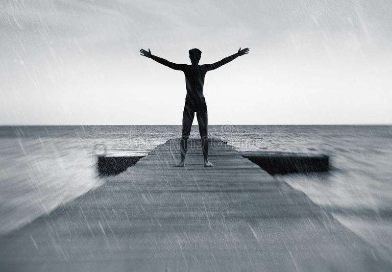 Libertad en el concepto de la naturaleza - hombre libre en la lluvia imagen de archivo