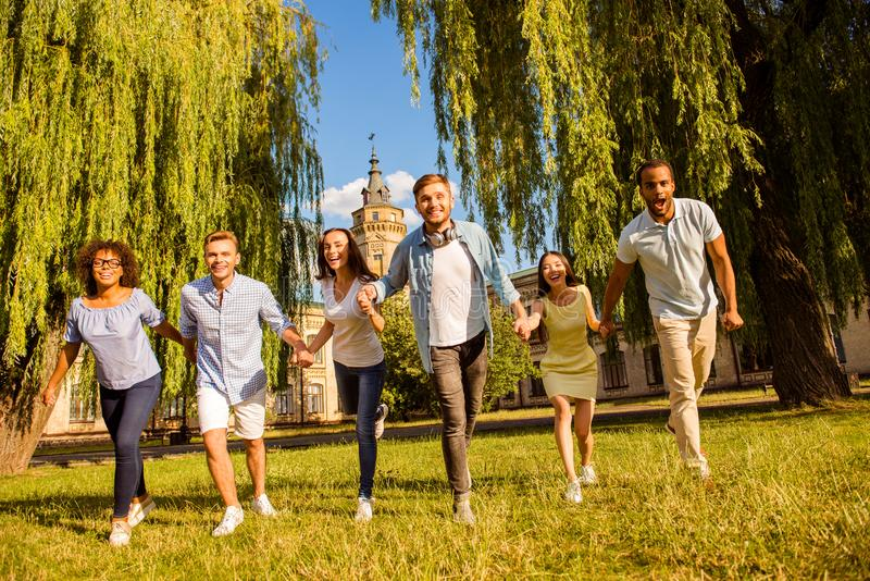 Libertad, estudiantes, amistad, verano, concepto de la diversión Seis feliz adentro foto de archivo