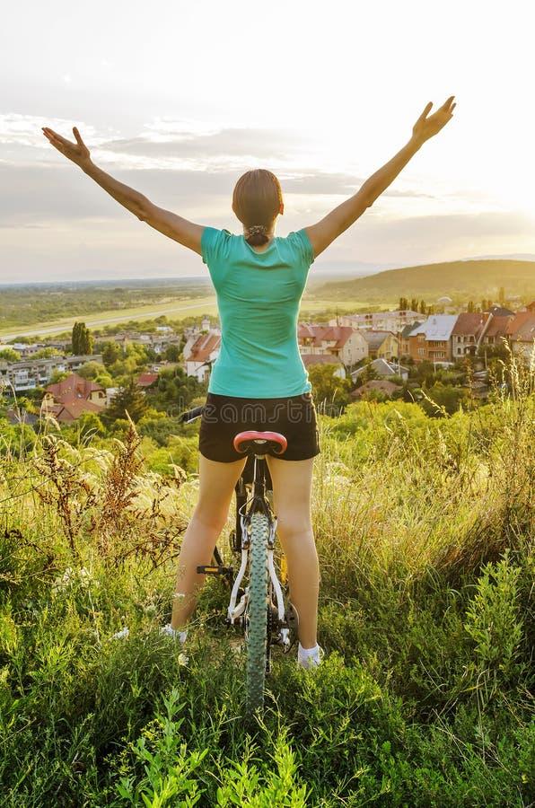 Libertad - mujer de la bici de montaña fotografía de archivo