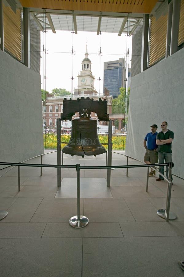 Liberty Bell, in Liberty Bell Center, voor Onafhankelijkheidszaal op historisch gebied van Philadelphia, Pennsylvania royalty-vrije stock fotografie
