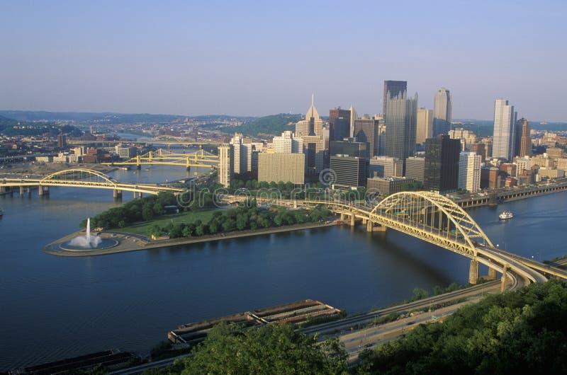 Liberty Bridge över den Allegheny floden på solnedgången med Pittsburgh horisont, PA fotografering för bildbyråer