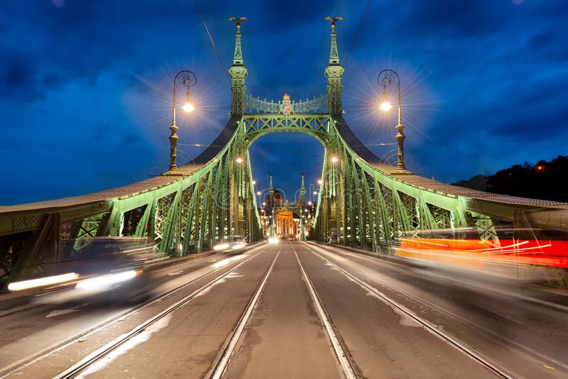 Liberty Bridge a Budapest alla notte fotografie stock