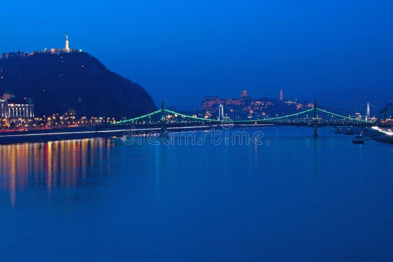 Liberty Bridge na hora azul imagens de stock royalty free