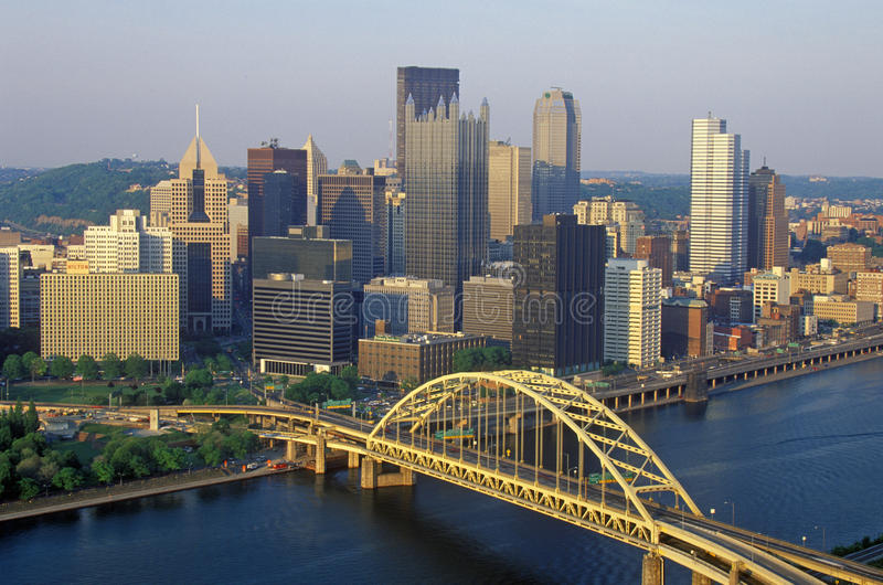Liberty Bridge sobre o rio de Monongahela no por do sol com skyline de Pittsburgh, PA foto de stock royalty free