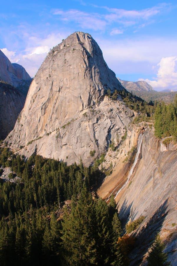 Liberty Cap u. Nevada Falls in Yosemite stockfotografie