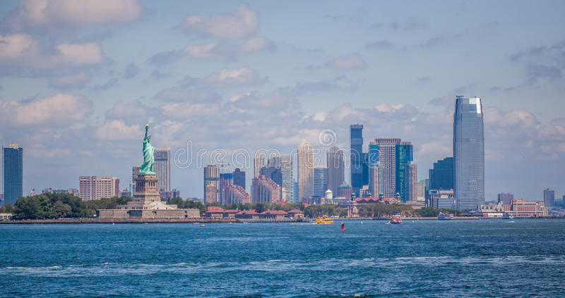 Liberty Island e o distrito financeiro de New York City Manhattan imagem de stock