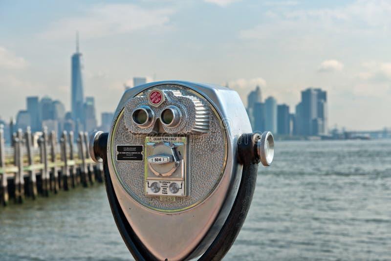 Liberty Island Scenic Binoculars met Mening van NYC stock fotografie