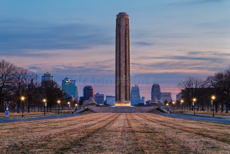 Liberty Memorial Tower en la salida del sol imágenes de archivo libres de regalías