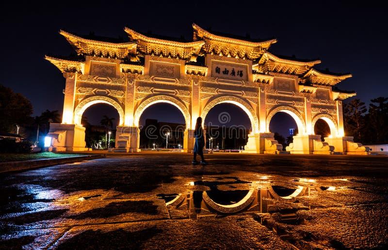 Liberty Square Arch de oro de Taiwán en la noche imágenes de archivo libres de regalías