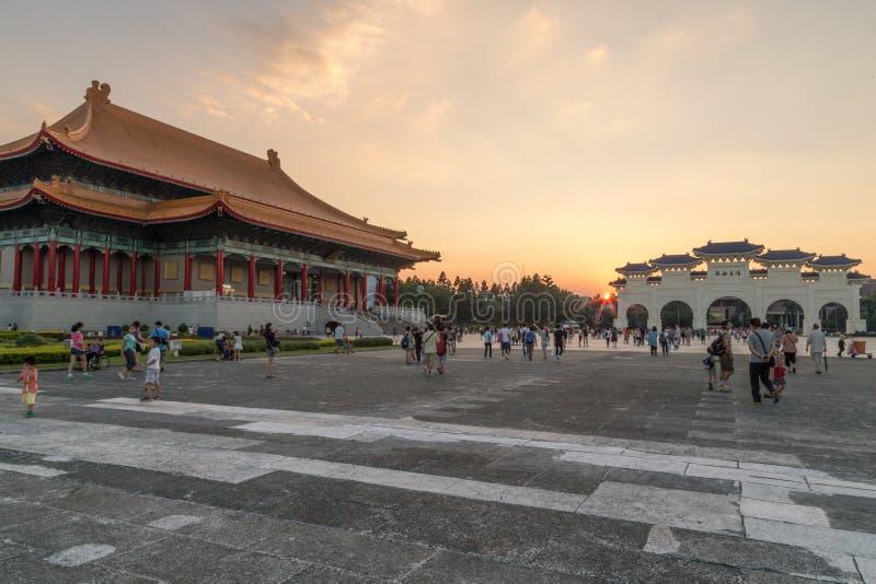 Liberty Square in Taipeh met de poorten van Dazhong Zhizheng stock foto's