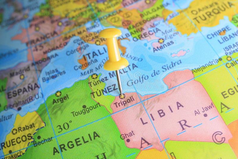 Libia прикололо на карте Африки стоковые изображения rf