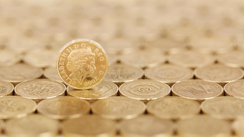 Libra derecha del oro en un campo de monedas foto de archivo libre de regalías