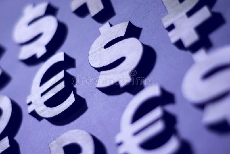 Libra, yenes, dólar, rublo euro e iconos de madera de la moneda del iconsworld del bitcoin, fondo para el negocio, en un tono de  imagen de archivo