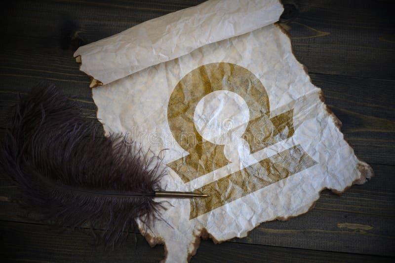 Libra znak zodiak na rocznika papierze z starym piórem na drewnianym biurku zdjęcie stock