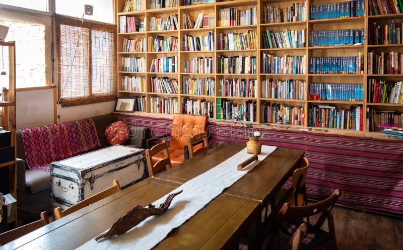 Librairie avec des étagères pleines des livres de divers sujets image stock