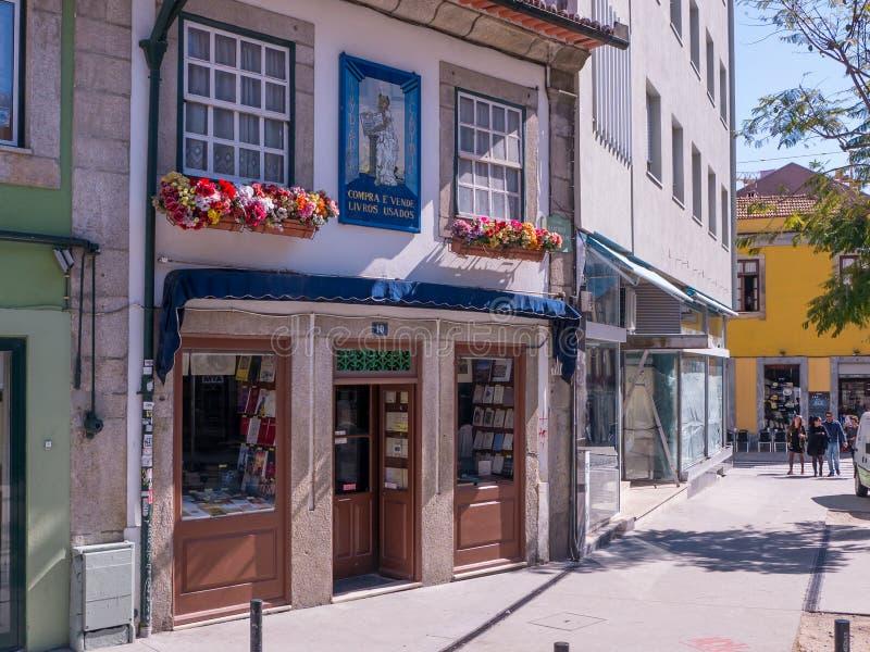 Librairie utilisée colorée à Porto, Portugal images stock