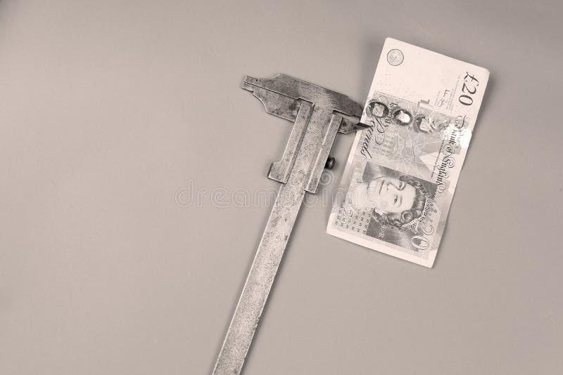 Libras británicas de fondo y un calibrador fotos de archivo libres de regalías