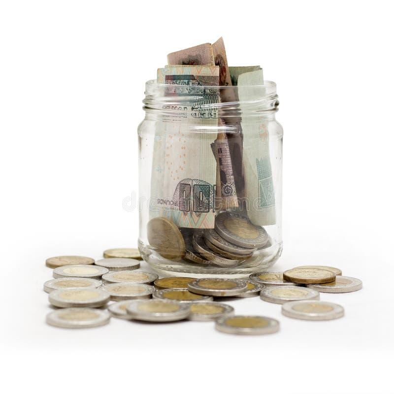 Libras egipcias, monedas y billetes de banco en el tarro, aislado en B blanco foto de archivo libre de regalías