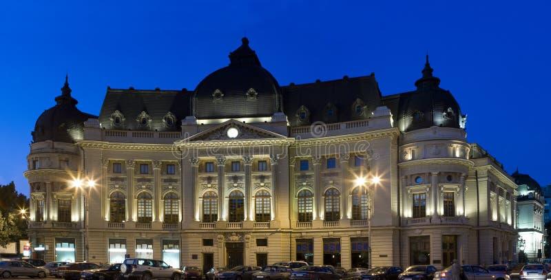 Libreria di università a Bucarest - colpo di notte fotografie stock libere da diritti