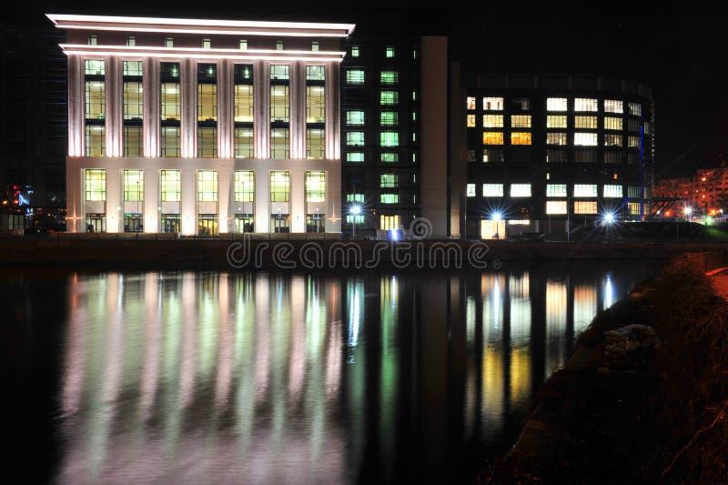 Libreria nazionale di Bucarest sopra il fiume di Dambovita fotografie stock